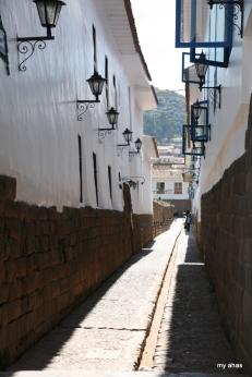 Spanish building top Inca foundations